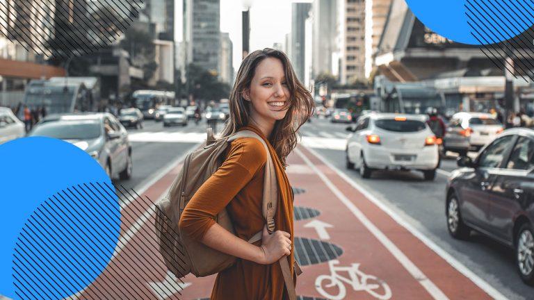 blije vrouw op straat